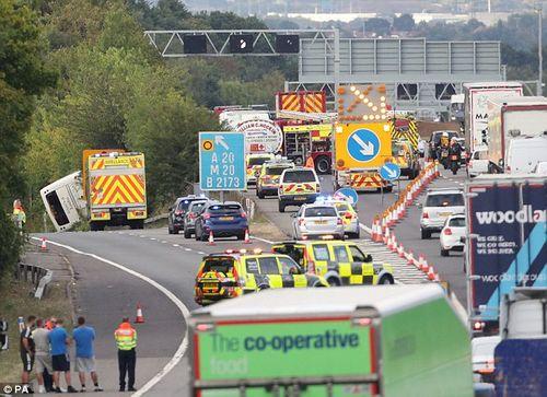 Em bé cất tiếng khóc chào đời ngay tại hiện trường vụ tai nạn lật xe khách ở Anh - Ảnh 1