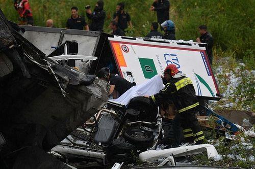 """""""Địa ngục trần gian"""" sau thảm kịch sập cầu cao 100m tại Italy: Ít nhất 35 người thiệt mạng - Ảnh 12"""