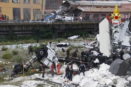 """""""Địa ngục trần gian"""" sau thảm kịch sập cầu cao 100m tại Italy: Ít nhất 35 người thiệt mạng - Ảnh 13"""