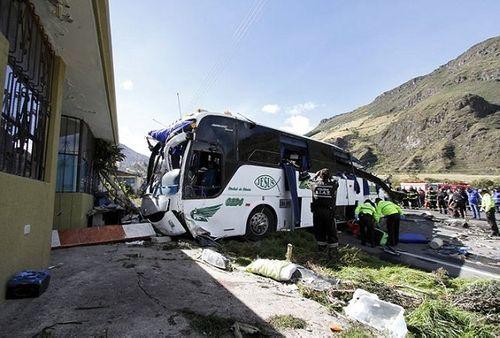 Xe bus va chạm với ô tô, lộn 4 vòng liên tiếp, khiến ít nhất 24 người thiệt mạng - Ảnh 2