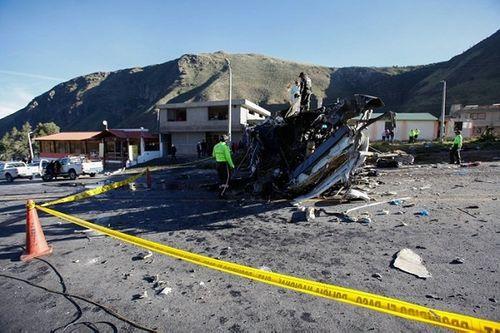 Xe bus va chạm với ô tô, lộn 4 vòng liên tiếp, khiến ít nhất 24 người thiệt mạng - Ảnh 1
