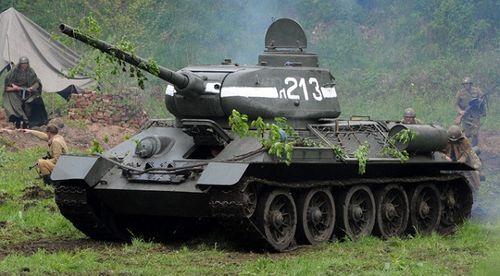 Cỗ xe tăng huyền thoại T-34 lật nhào trong lễ duyệt binh tại Nga - Ảnh 1