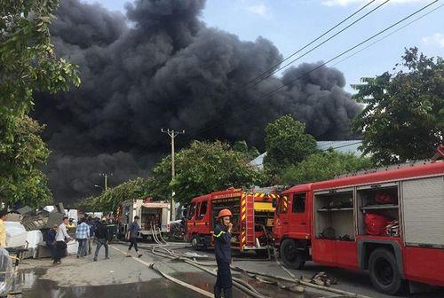 Hiện trường tan hoang vụ hỏa hoạn thiêu rụi xưởng gỗ 5.000m2 - Ảnh 1