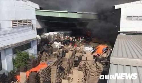 Hiện trường tan hoang vụ hỏa hoạn thiêu rụi xưởng gỗ 5.000m2 - Ảnh 8