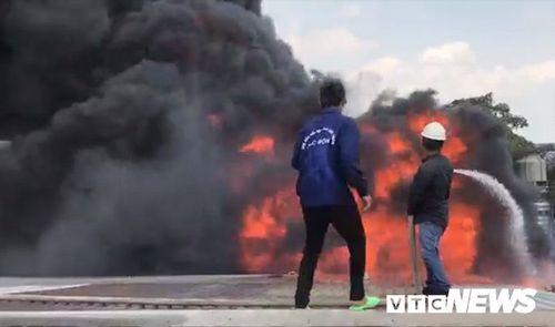 Hiện trường tan hoang vụ hỏa hoạn thiêu rụi xưởng gỗ 5.000m2 - Ảnh 10