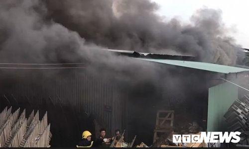 Hiện trường tan hoang vụ hỏa hoạn thiêu rụi xưởng gỗ 5.000m2 - Ảnh 11