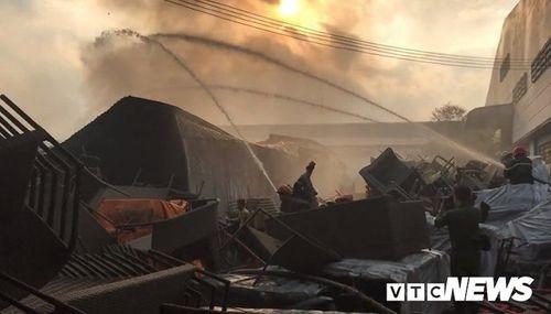 Hiện trường tan hoang vụ hỏa hoạn thiêu rụi xưởng gỗ 5.000m2 - Ảnh 12