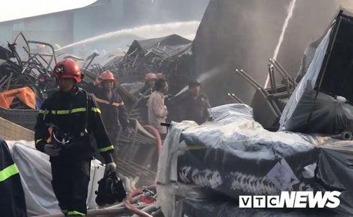 Hiện trường tan hoang vụ hỏa hoạn thiêu rụi xưởng gỗ 5.000m2 - Ảnh 13