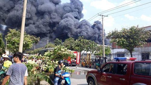Hiện trường tan hoang vụ hỏa hoạn thiêu rụi xưởng gỗ 5.000m2 - Ảnh 2