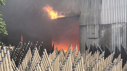 Hiện trường tan hoang vụ hỏa hoạn thiêu rụi xưởng gỗ 5.000m2 - Ảnh 3