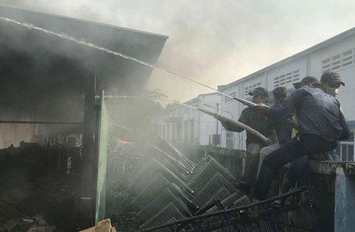 Hiện trường tan hoang vụ hỏa hoạn thiêu rụi xưởng gỗ 5.000m2 - Ảnh 5