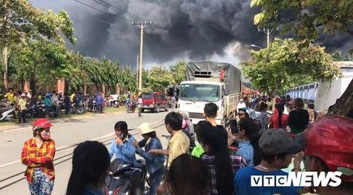 Hiện trường tan hoang vụ hỏa hoạn thiêu rụi xưởng gỗ 5.000m2 - Ảnh 6