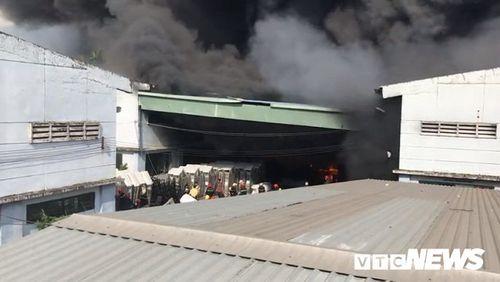 Hiện trường tan hoang vụ hỏa hoạn thiêu rụi xưởng gỗ 5.000m2 - Ảnh 7