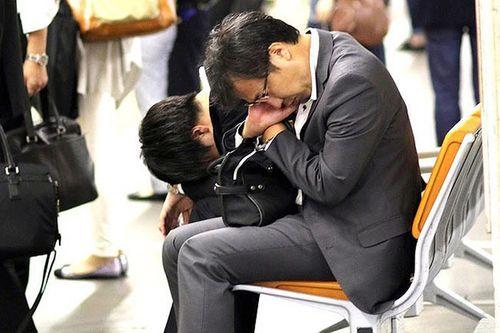 """Nhật Bản đề xuất nghỉ làm sáng thứ 2 để ngăn ngừa tình trạng """"làm việc tới chết"""" - Ảnh 1"""