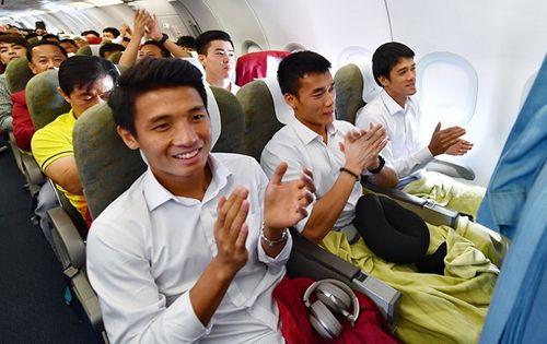 Khoảnh khắc đội tuyển Olympic Việt Nam được chào đón tại sân bay Nội Bài  - Ảnh 1