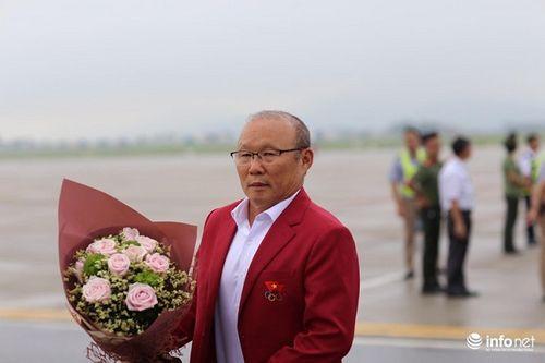 Khoảnh khắc đội tuyển Olympic Việt Nam được chào đón tại sân bay Nội Bài  - Ảnh 3