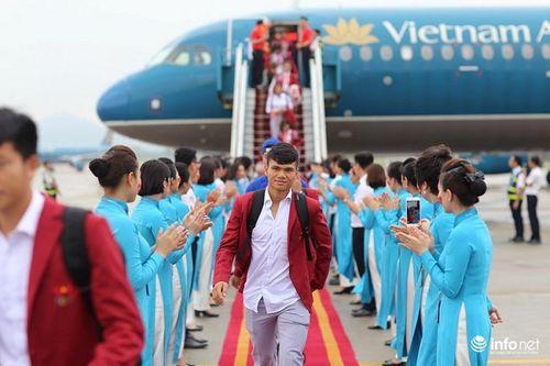Khoảnh khắc đội tuyển Olympic Việt Nam được chào đón tại sân bay Nội Bài  - Ảnh 4