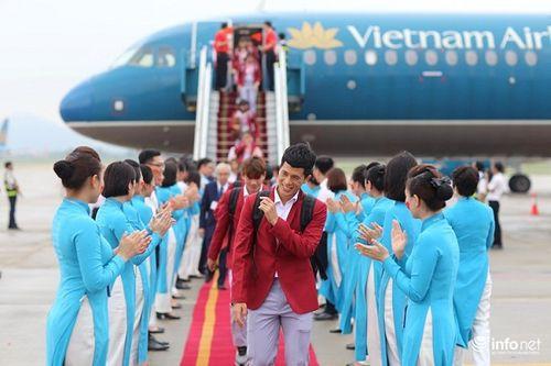 Khoảnh khắc đội tuyển Olympic Việt Nam được chào đón tại sân bay Nội Bài  - Ảnh 5