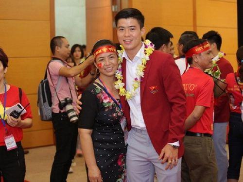 Khoảnh khắc đội tuyển Olympic Việt Nam được chào đón tại sân bay Nội Bài  - Ảnh 7