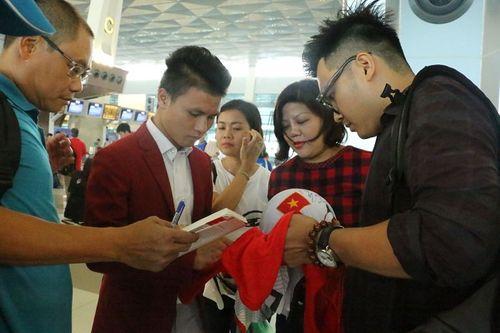 Khoảnh khắc đội tuyển Olympic Việt Nam được chào đón tại sân bay Nội Bài  - Ảnh 8