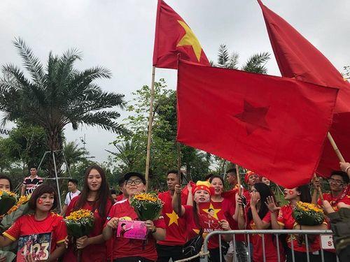 Khoảnh khắc đội tuyển Olympic Việt Nam được chào đón tại sân bay Nội Bài  - Ảnh 10