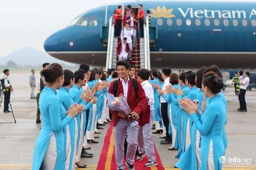 Khoảnh khắc đội tuyển Olympic Việt Nam được chào đón tại sân bay Nội Bài  - Ảnh 11