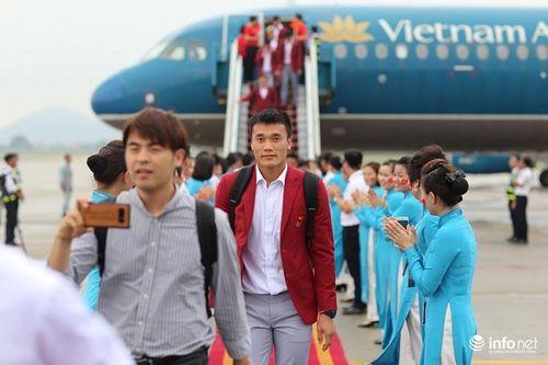 Khoảnh khắc đội tuyển Olympic Việt Nam được chào đón tại sân bay Nội Bài  - Ảnh 12
