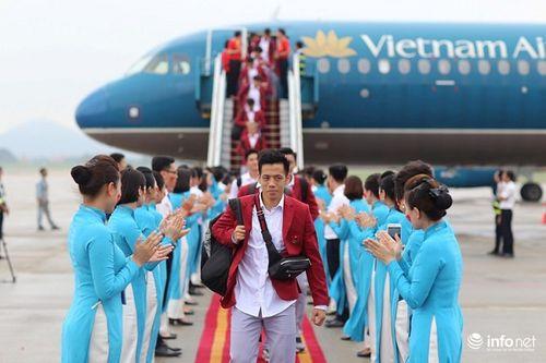 Khoảnh khắc đội tuyển Olympic Việt Nam được chào đón tại sân bay Nội Bài  - Ảnh 13