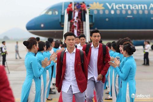 Khoảnh khắc đội tuyển Olympic Việt Nam được chào đón tại sân bay Nội Bài  - Ảnh 14
