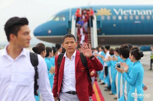 Khoảnh khắc đội tuyển Olympic Việt Nam được chào đón tại sân bay Nội Bài  - Ảnh 15