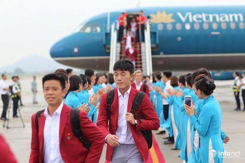 Khoảnh khắc đội tuyển Olympic Việt Nam được chào đón tại sân bay Nội Bài  - Ảnh 16