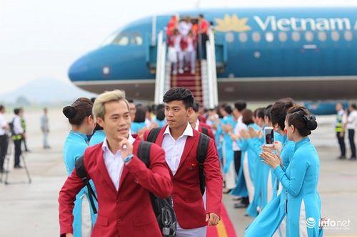 Khoảnh khắc đội tuyển Olympic Việt Nam được chào đón tại sân bay Nội Bài  - Ảnh 17