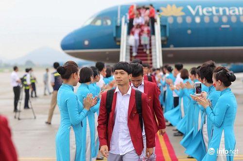 Khoảnh khắc đội tuyển Olympic Việt Nam được chào đón tại sân bay Nội Bài  - Ảnh 18