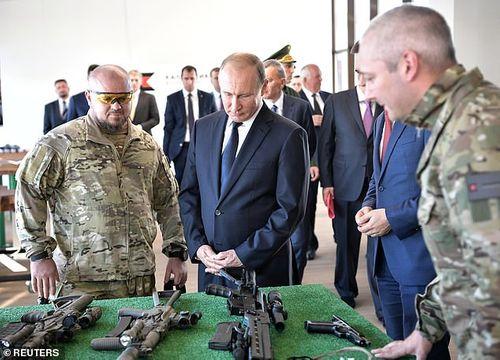 Video tổng thống Putin trổ tài bắn tỉa với súng trường tối tân Kalashnikov - Ảnh 1