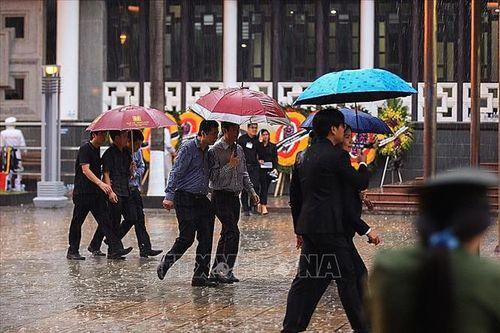 Người dân Hà Nội và các tỉnh đội mưa đến viếng Chủ tịch nước Trần Đại Quang - Ảnh 3