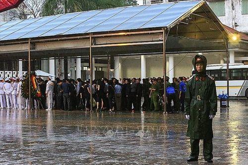 Người dân Hà Nội và các tỉnh đội mưa đến viếng Chủ tịch nước Trần Đại Quang - Ảnh 7