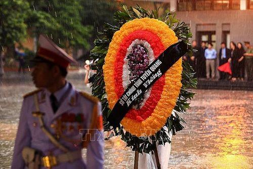 Người dân Hà Nội và các tỉnh đội mưa đến viếng Chủ tịch nước Trần Đại Quang - Ảnh 8
