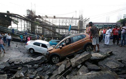 Hiện trường vụ sập cầu tại Ấn Độ khiến ít nhất 20 người thương vong - Ảnh 2