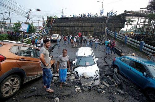 Hiện trường vụ sập cầu tại Ấn Độ khiến ít nhất 20 người thương vong - Ảnh 3