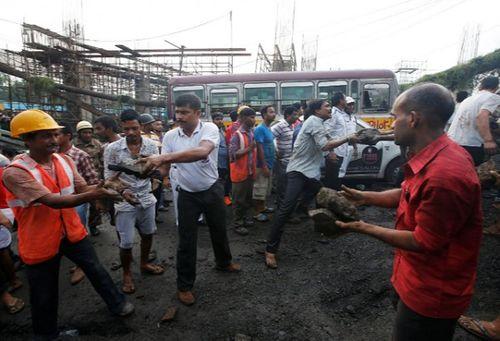 Hiện trường vụ sập cầu tại Ấn Độ khiến ít nhất 20 người thương vong - Ảnh 4