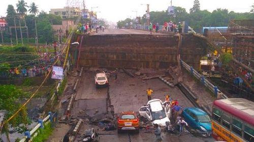 Hiện trường vụ sập cầu tại Ấn Độ khiến ít nhất 20 người thương vong - Ảnh 1