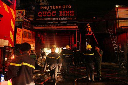 Hiện trường vụ cháy cửa hàng phụ tùng ô tô tại Sài Gòn lúc nửa đêm - Ảnh 1
