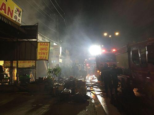 Hiện trường vụ cháy cửa hàng phụ tùng ô tô tại Sài Gòn lúc nửa đêm - Ảnh 2
