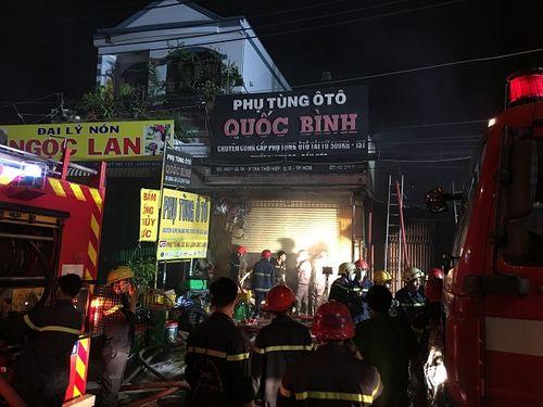 Hiện trường vụ cháy cửa hàng phụ tùng ô tô tại Sài Gòn lúc nửa đêm - Ảnh 3
