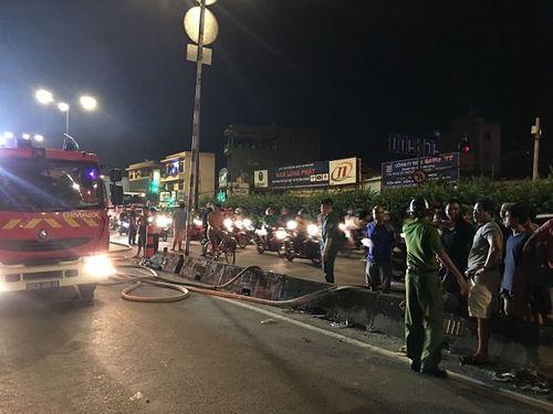 Hiện trường vụ cháy cửa hàng phụ tùng ô tô tại Sài Gòn lúc nửa đêm - Ảnh 4