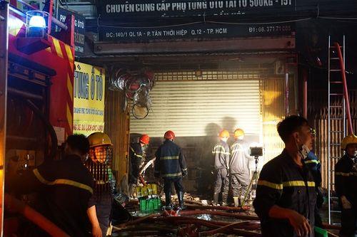 Hiện trường vụ cháy cửa hàng phụ tùng ô tô tại Sài Gòn lúc nửa đêm - Ảnh 5