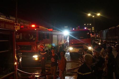 Hiện trường vụ cháy cửa hàng phụ tùng ô tô tại Sài Gòn lúc nửa đêm - Ảnh 6