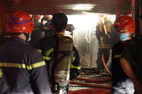 Hiện trường vụ cháy cửa hàng phụ tùng ô tô tại Sài Gòn lúc nửa đêm - Ảnh 7