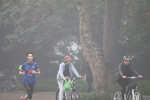 Chùm ảnh: Sương mù dày đặc, người dân thủ đô ngỡ như đang ở Sapa - Ảnh 5
