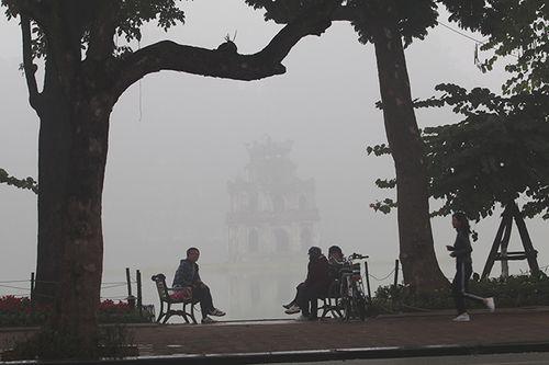 Chùm ảnh: Sương mù dày đặc, người dân thủ đô ngỡ như đang ở Sapa - Ảnh 6